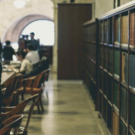 Oposiciones al Seris: ¿Apuntarme a una Academia o Estudiar por libre?
